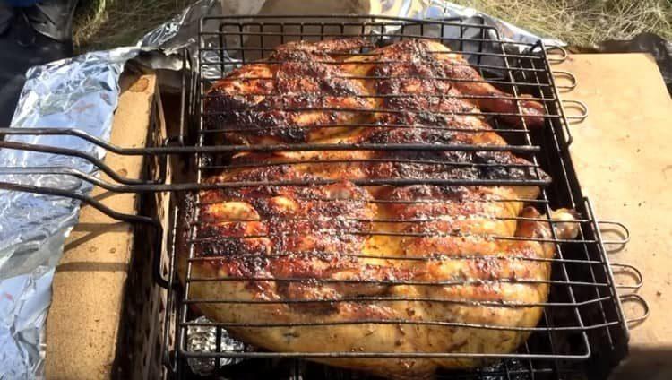 Курица на углях получается очень ароматной и вкусной.