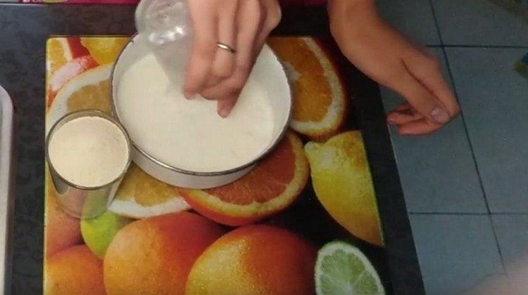 Выливаем в миску кислое молоко.
