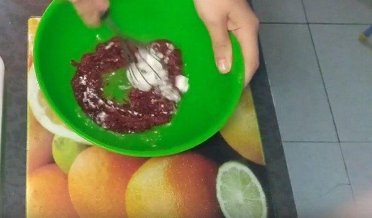 Перемешиваем варенье с содой.