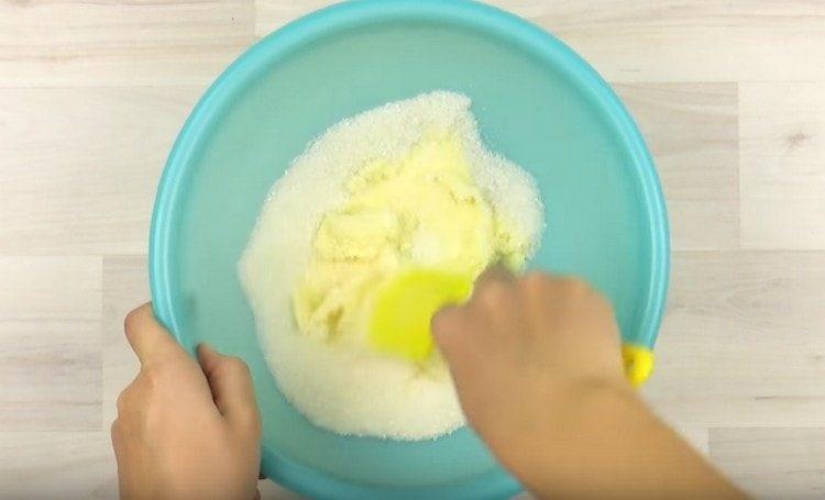 Мягкое сливочное масло растираем с сахаром.