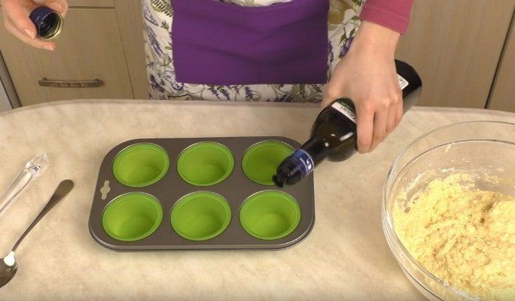 Формы для выпечки маффинов смазываем растительным маслом.