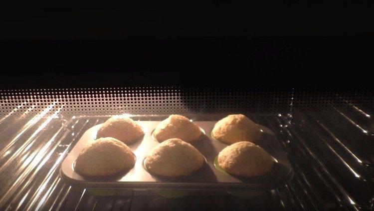 Ставим форму с маффинами в духовку.