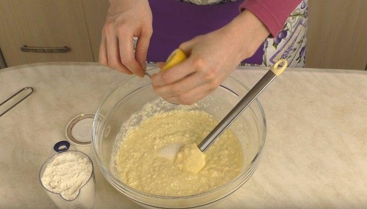 Гасим соду уксусом либо лимонным соком и добавляем в творожную массу.