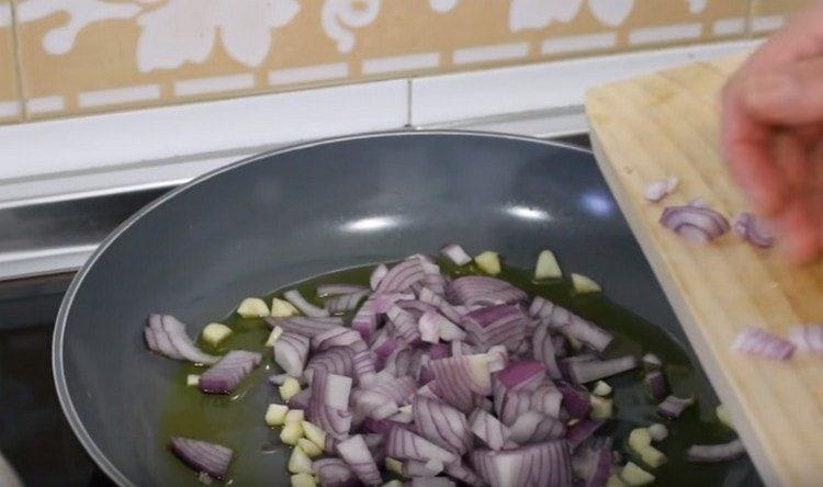 Обжариваем лук с чесноком на оливковом масле.