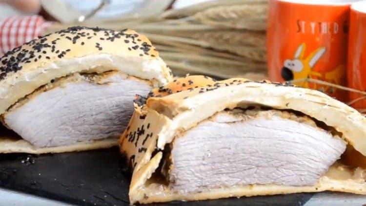 Мясо в тесте получается очень вкусным, его можно подавать даже на праздничный стол.