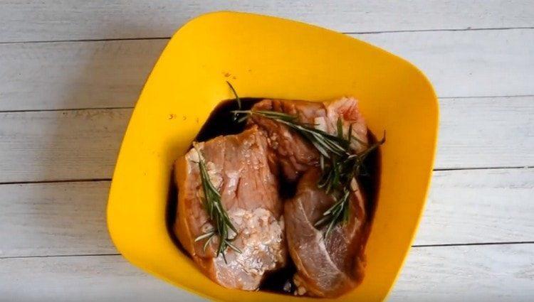 Добавбяем розмарин и оставляем мясо мариноваться.