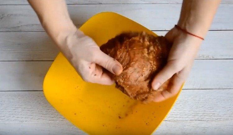 Сливаем маринад и натираем мясо специями.