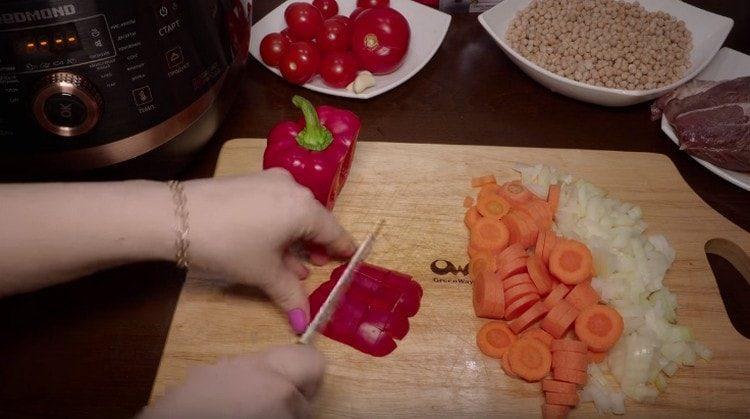 Кубиком нарезаем очищенный от семян сладкий перец.