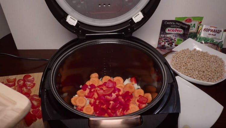 Выкладываем в мультиварку лук, морковь, перец.