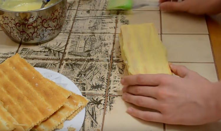 Верх пирожного тоже смазываем кремом.