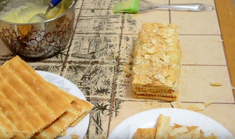 Готовое пирожное Наполеон посыпаем крошкой, оставшейся от коржей.