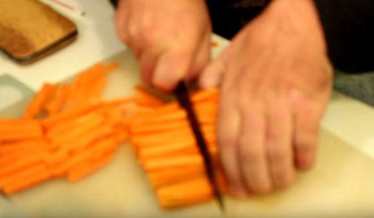 Нарезаем тонкими брусочками морковь.