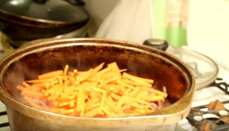 Далее выкладываем в казан морковь.
