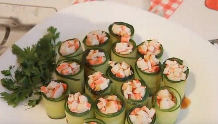 Вот такие замечательные роллы из огурцов можно приготовить на праздничный стол.