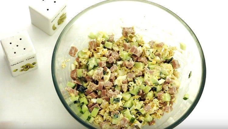такой салат из роллтона должен настояться, чтобы лапша набухла.