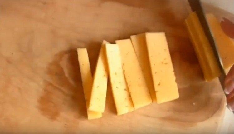 нарезаем тонкими брусочками твердый сыр.