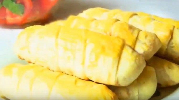Сосиски в тесте с сыром это очень вкусно.