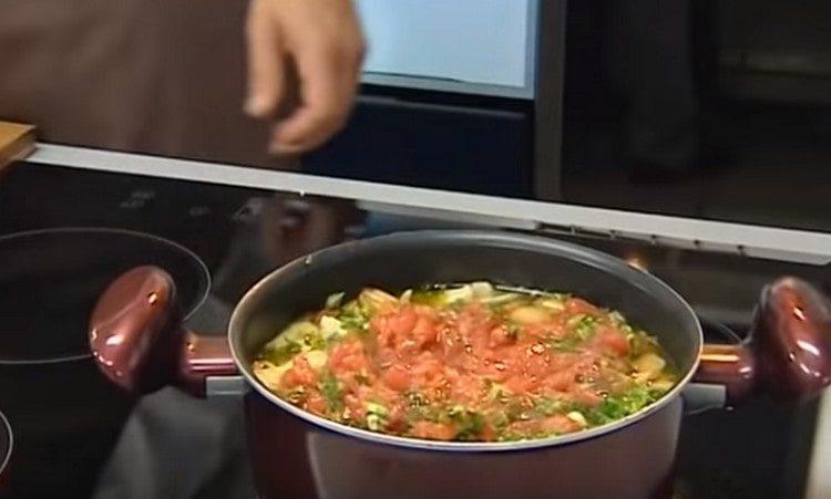 Добавляем помидоры, зелень, чеснок, и через несколько минут наш овощной суп на курином бульоне готов.
