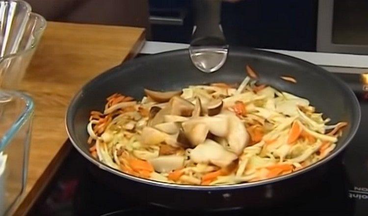 К зажарке на сковороде добавляем нарезанные кусочками белые грибы