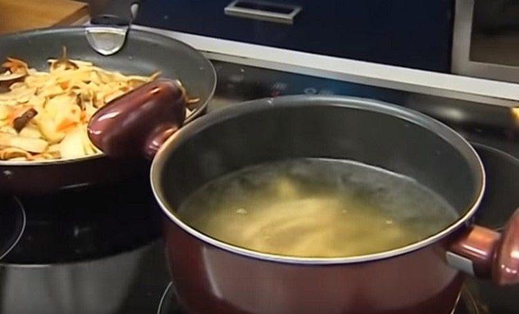 Бульон ставим вариться вместе с курицей.