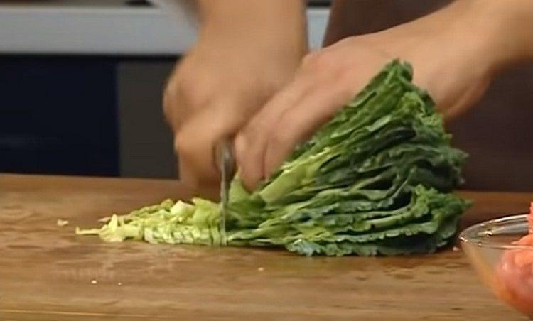 Нарезаем капустные листья и выкладываем в суп.