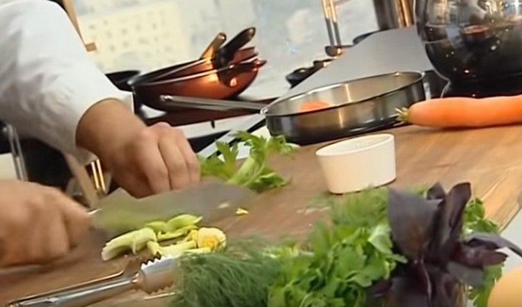 Сельдерей режем и выкладываем в суп.