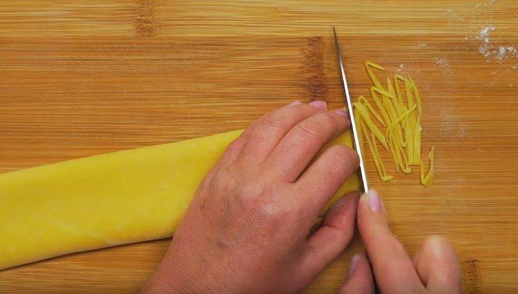 Нарезаем тесто на лапшу.
