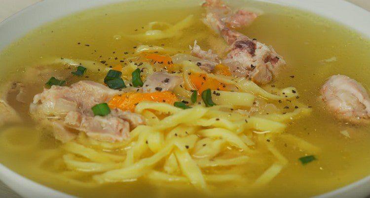При подаче в суп с домашней лапшой добавляем порционно кусочки курицы.