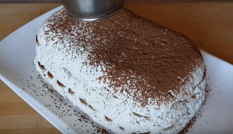 Готовый торт переворачиваем на блюдо и посыпаем какао.
