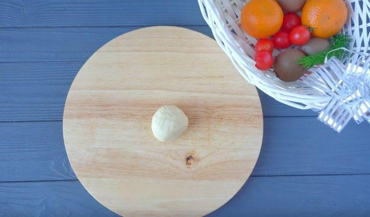Тесто делим на порционные кусочки и скатываем их в шарики.
