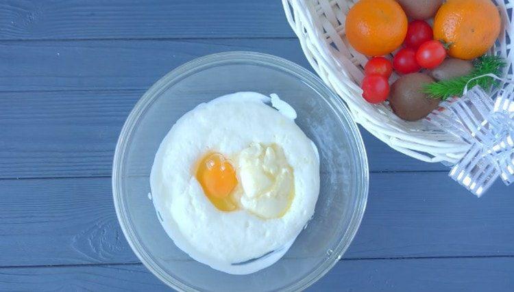 Добавляем сливочное масло, соль и яйцо.