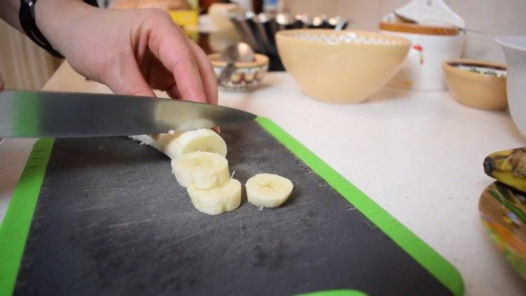 нарежьте банан