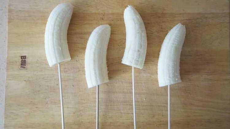 насаживаем бананы на шпажки
