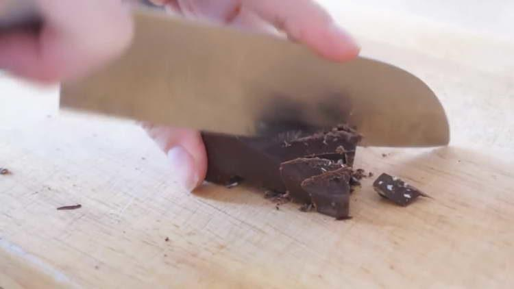 нарезаем шоколад