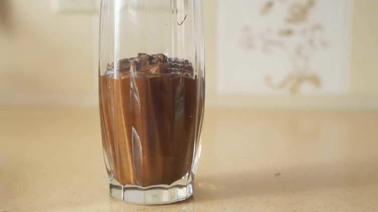 переливаем шоколад в стакан