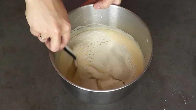 добавляем в яичную смесь муку