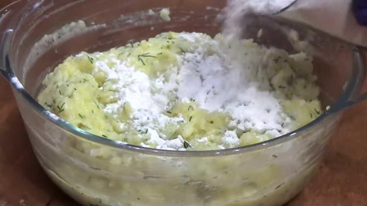 просеиваем муку в картошку