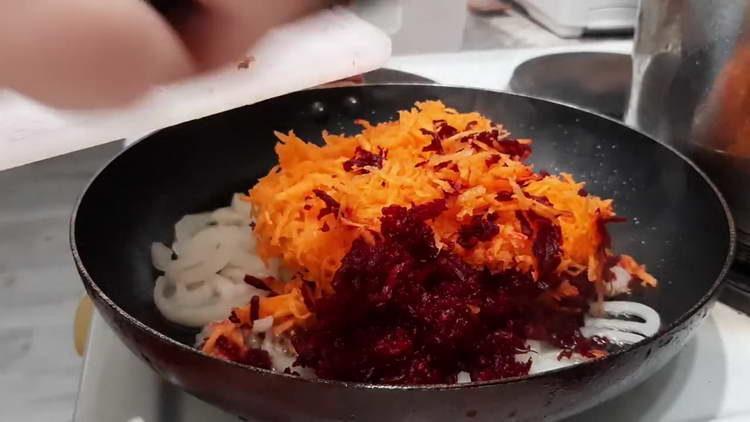 в сковородку добавляем морковку и свеклу