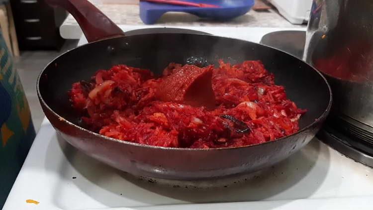 добавляем в овощи томатную пасту