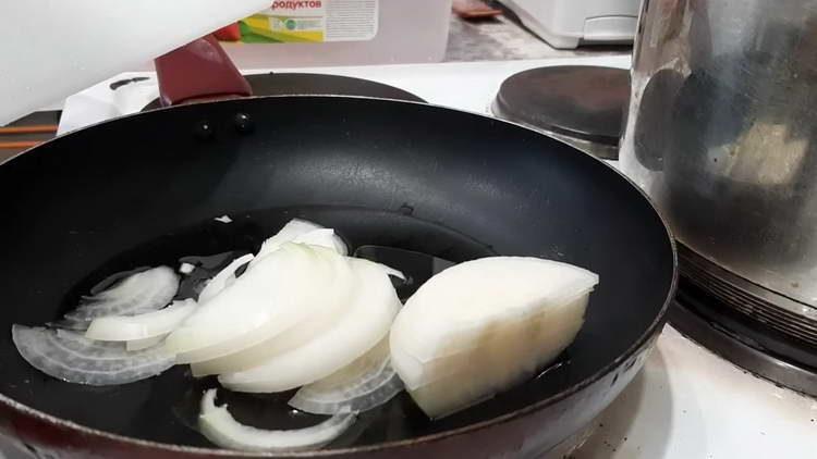 выкладываем в сковородку лук