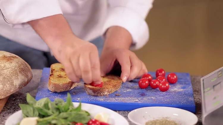 выкладываем помидорки на хлеб