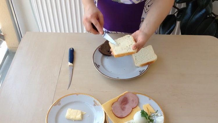 Смажьте маслом хлеб