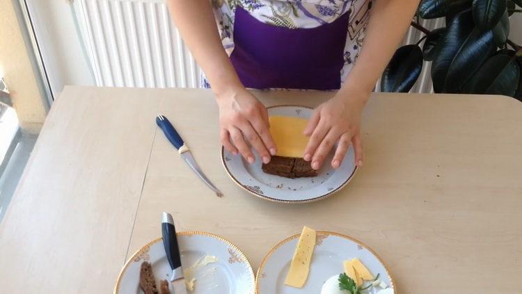 нарежьте сыр