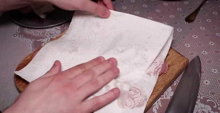просушиваем яйца бумажным полотенцем
