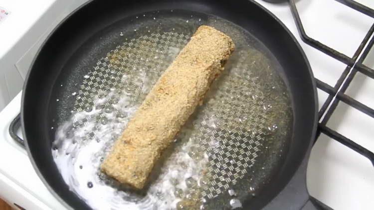 выкладываем ролл в сковородку