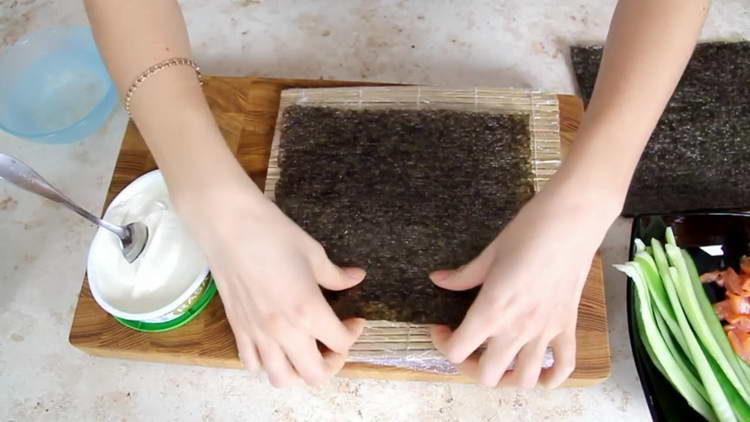 выкладываем лист нори на коврик