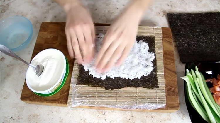 выкладываем рис на лист нори