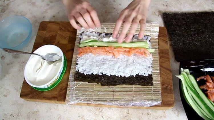 выкладываем рис и огурец