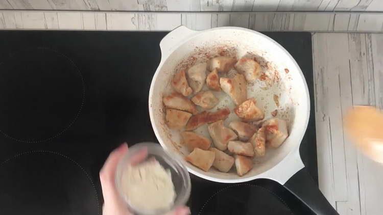 выкладываем яиле на сковородку