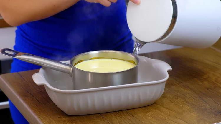 помещаем форму в блюдо с кипятком